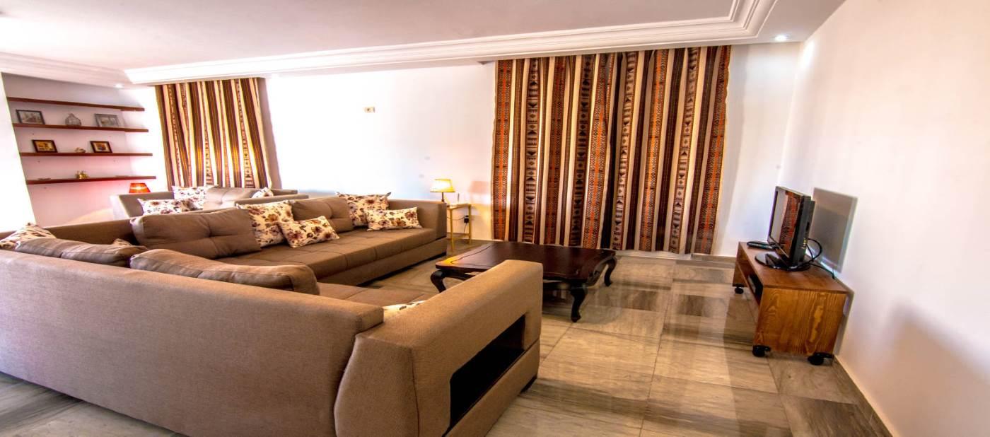 Magnifique salon moderne pour location d'appartement de vacances à Mahdia en Tunisie.
