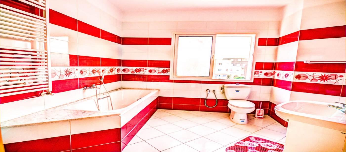 Belle salle de bain avec baignoire pour location vacances à Mahdia
