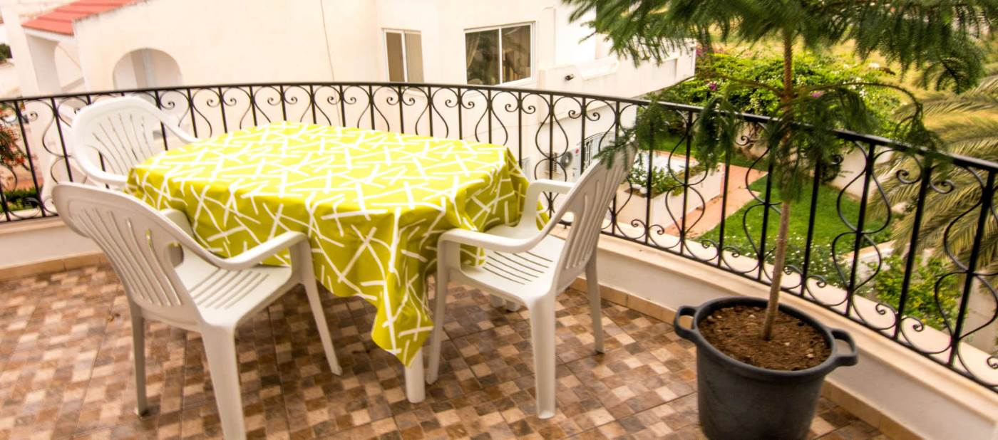 Belle terrasse avec vue sur jardin de location d'appartement de location vacances à Mahdia en Tunisie.