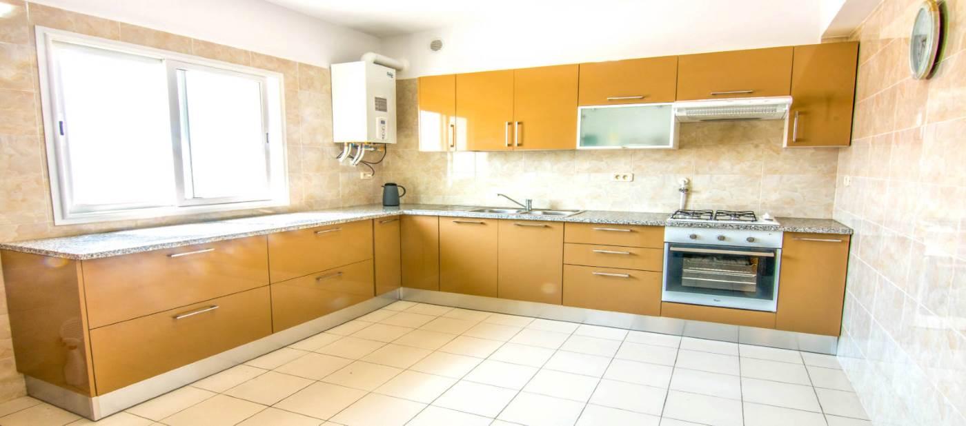 Magnifique cuisine moderne pour location d'appartements de vacances à Mahdia en Tunisie.