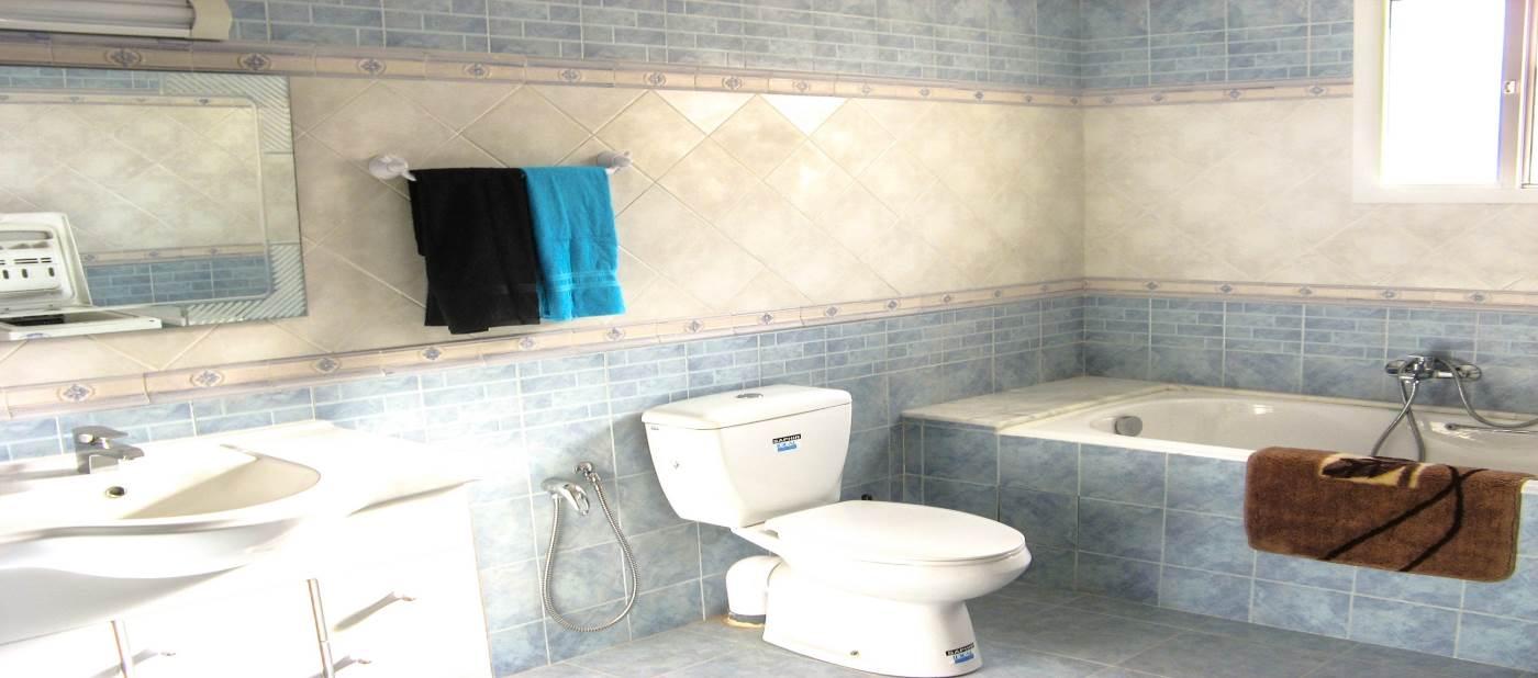 appartement de location vacances à mahdia équipé d'une grande salle de bain avec baignoire