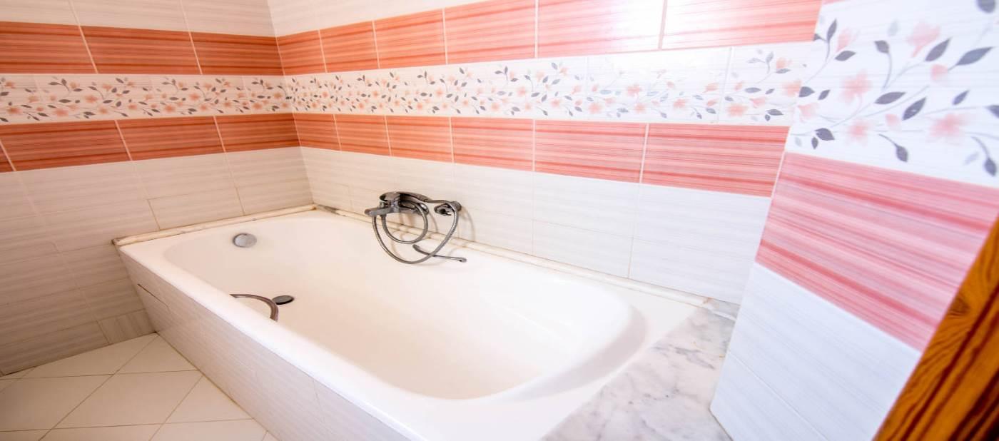 salle de bain avec baignoire pour location vacances à Mahdia en Tunisie.