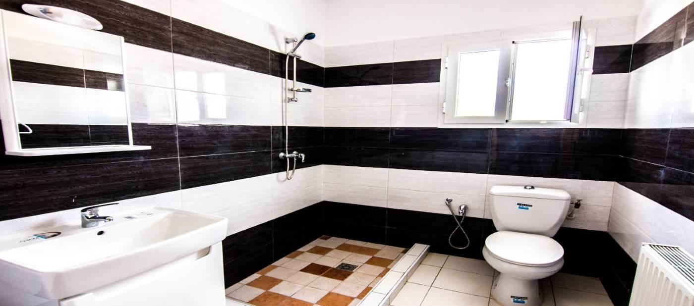 Belle salle de bain avec douche pour location vacances à Mahdia