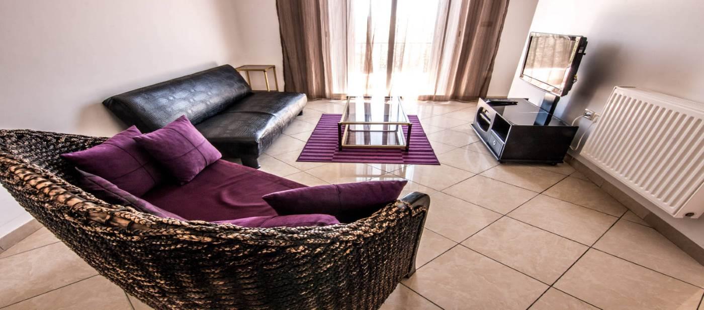 salon chic d'un apaprtement de luxe pour location vacances à mahdia en Tunisie